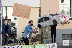 Sieht aus wie ein Aufruf zum Demolieren von Autos, war aber eine Variante der mexikanischen Piñata. (Foto: Bührke)