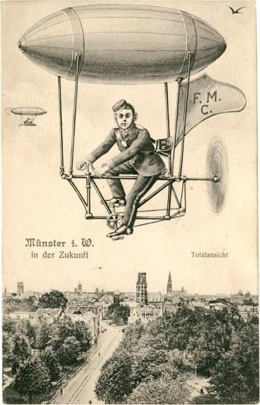 """Die Postkarte """"Münster in der Zukunft"""" zeigt muskelbetriebene Zeppeline über der Stadtansicht mit Ludgeriplatz. (Foto: Unbekannter Fotograf, Zeichnung signiert H. B., C., Druck, Verlag F. M., C., um 1907, unbeschrieben)"""