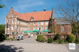 Burg Hülshoff, das beeindruckende Elternhaus von Annette. Hier gibt es unter anderem ein Museum, ein Café und eine Ladestation für E-Bikes. (Foto: Michael Bührke)