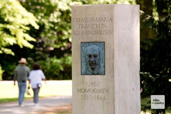 Die Stele zu Ehren von Annettes Homöopathen von Bönninghausen auf dem Hörsterfriedhof. (Foto: Michael Bührke)