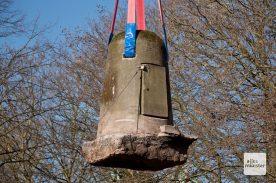Der historische Ein-Mann-Bunker schwebt an seinen Bestimmungsort. (Foto: Michael Bührke)