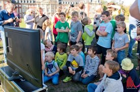 Gebannt verfolgen die Schüler die Live-Bilder von der Sonde. (Foto: Michael Bührke)