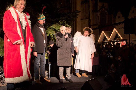 """""""Markus Lewe ist heute pünktlich in Berlin abgefahren aber bis jetzt noch nicht angekommen"""", berichtete Karin Reismann und eröffnete die Weihnachtsmärkte in Vertretung. (Foto: Michael Bührke)"""