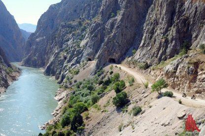 Suchbild mit Radwanderern: Magda und Manu fahren entlang des Euphrats durchs türkische Taurusgebirge. (Foto: privat)