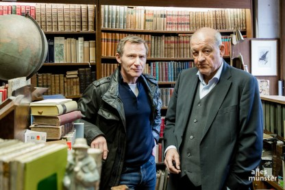 Overbeck und Wilsberg im Antiquariat, das in Wirklichkeit von Michael Solder geführt wird. (Foto: Claudia Feldmann)