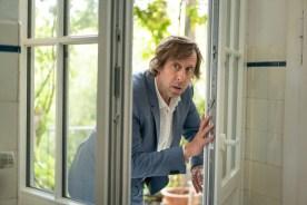 Ekki (Oliver Korittke) will sich etwas wiederholen, das aus seinem Büro gestohlen wurde.