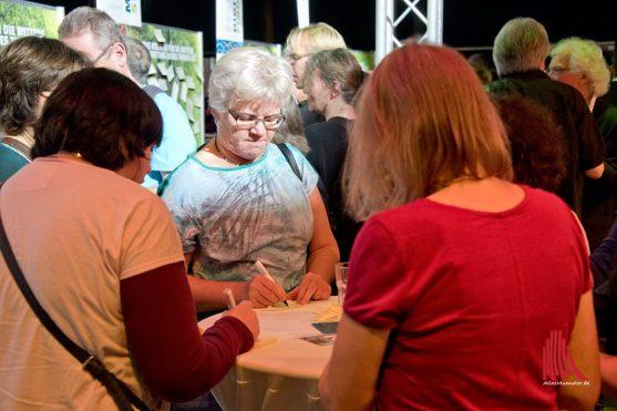 Während der Pausen nutzten viele Zuhörer die Gelegenheit, ihre Ideen auf Klebezetteln zu hinterlassen. (Foto: Michael Bührke)