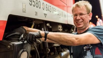 Ingo Hildebrand schraubt den Kasten für den Sand auf, der manchmal beim Bremsen der Züge benötigt wird. (Foto: wf / Weber)