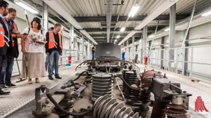 Die 80 Meter lange Dacharbeitsbühne wird dicht an den Zug herangeschoben, damit eine durchgängige Arbeitsfläche entsteht. (Foto: wf / Weber)