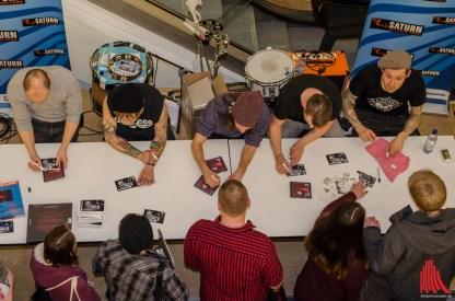 Nach dem Mini-Gig gab es natürlich Autogramme für die Fans. (Foto: th)