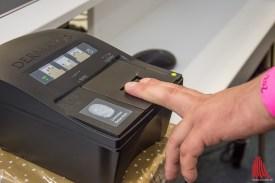 Die Fingerabdrücke werden in das bundesweite Verteilungssystem EASY aufgenommen. (Foto: th)