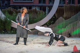 Ariel ist Prospera zum Dienst verpflichtet (Monika Hess-Zanger und Jannike Schubert. Foto: Thomas Hölscher)