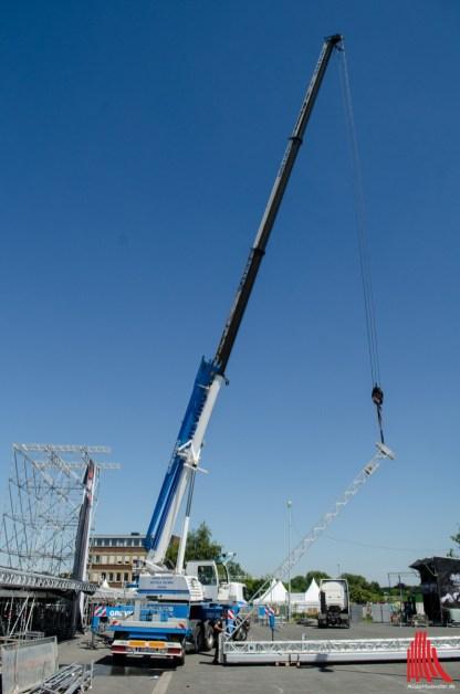 Per Baukran werden die Aufbauten für die Dachkonstruktion aufgerichtet. (Foto: th)