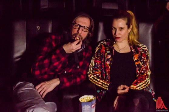 Oliver Korittke alias Ekki und Nebendarstellerin Mirijam Verena Jeremic genießen den Film bei etwas Popcorn. (Foto: th)