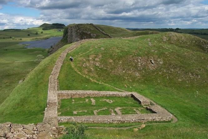 Muur van Hadrianus - TOP 10 FAMOUS WALLS IN THE WORLD
