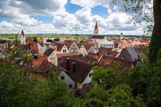 Blick über Kaufbeuren vom Klosterberggarten auf der Radrunde Allgäu.
