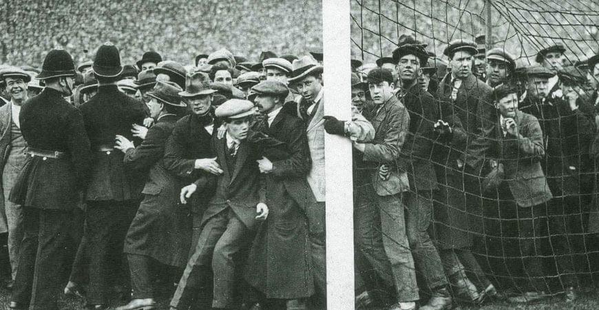 Es gab Zeiten da musste das Tor vor der Wucht der Lattentreffer von den Fans noch festgehalten werden.