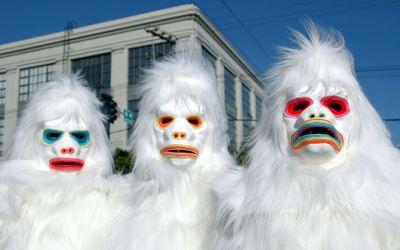 Hatten sichtlich enormen Spaß beim Nachweis ihrer Existenz: Yetis vor dem Rathaus von Buffalo.