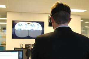 Grâce aux lunettes immersives Oculus Rift, il est possible de se balader dans un site industriel virtualisé. © Charlie Perreau