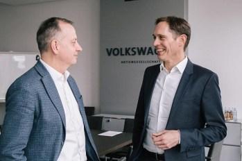 Martin Hofmann, CIO of the Volkswagen Group, and Gerd Walker, Head of Volkswagen Group Production lors de l'annonce le 27 mars 2019.