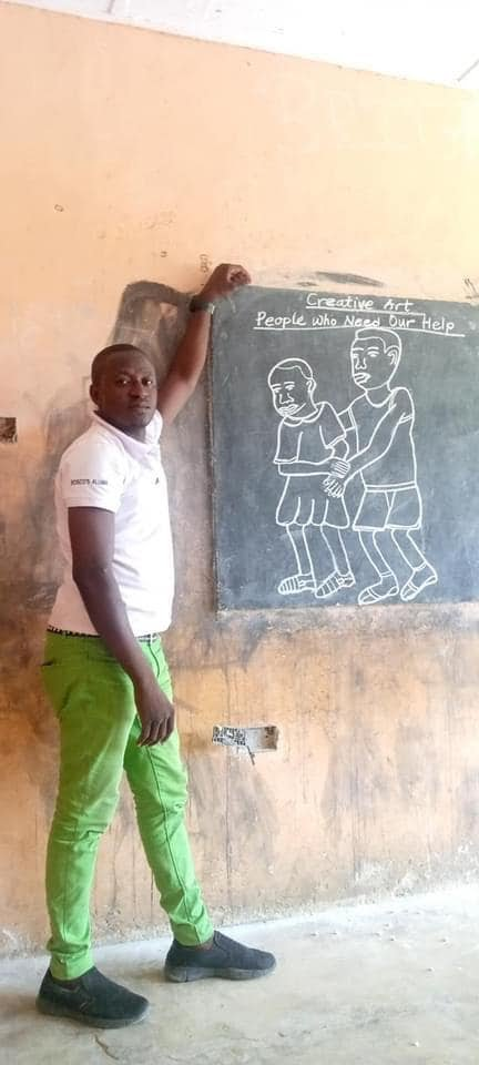 Primary school teacher who uses drawings to teach different subjects goes viral