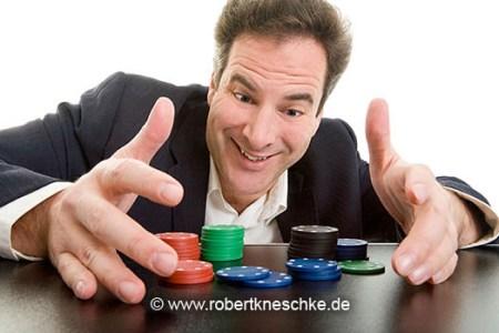 Mann gewinnt Pokerchips