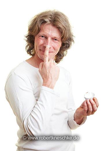 Mann mit Cremeklecks auf der Nase