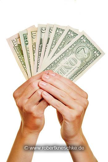 Zwei Hände halten Dollar Geld hoch als Fächer
