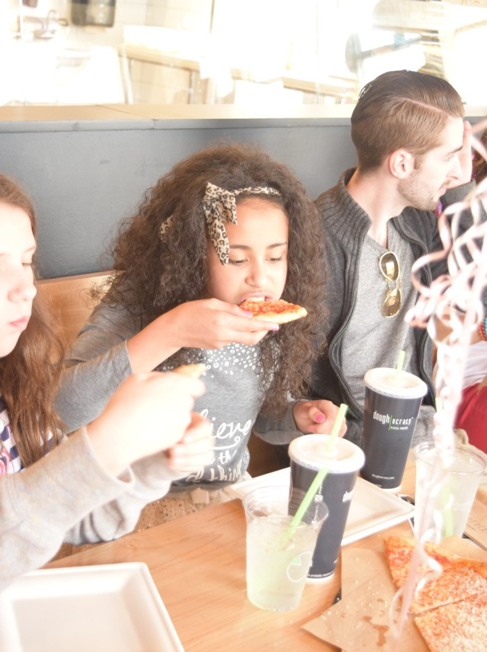 alenas-10-birthday-party-eating-pizza
