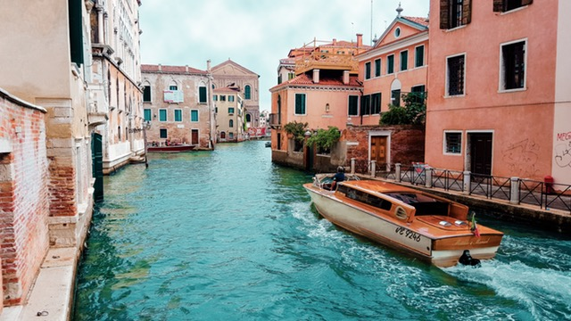 What are some travel tips for Italy?
