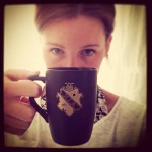 Caroline Marklund med kaffemuggen.