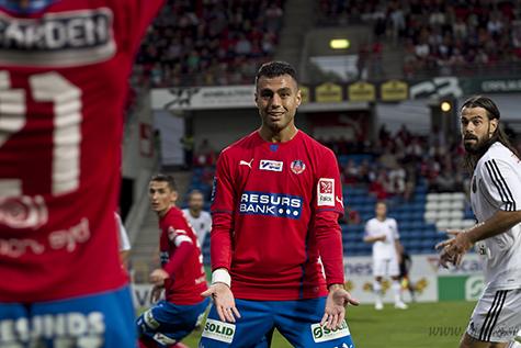 Imad Khalili i händelsernas centrum med två gula kort och två mål.  Foto: Bjarki Tordarson