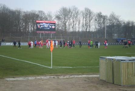 Spelarna hälsar på varandra innan avsparken.  Foto: Fredrik Rasmusson