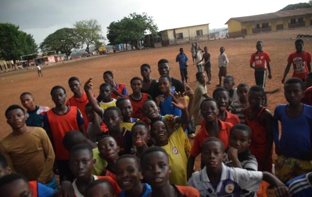 Ett fyrtiotal killar får möjlighet att träna och spela fotboll i Abubakaris akademi i Ghana.