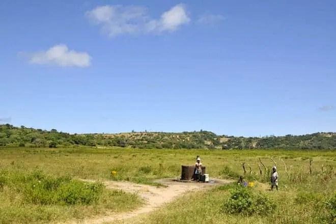 Recolher água do poço é uma tarefa vital para a sobrevivência em muitas aldeias da região do Bilene