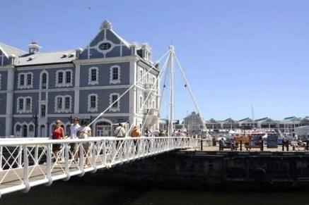 Ponte móvel nas docas Victoria & Alfred Waterfront, Cidade do Cabo