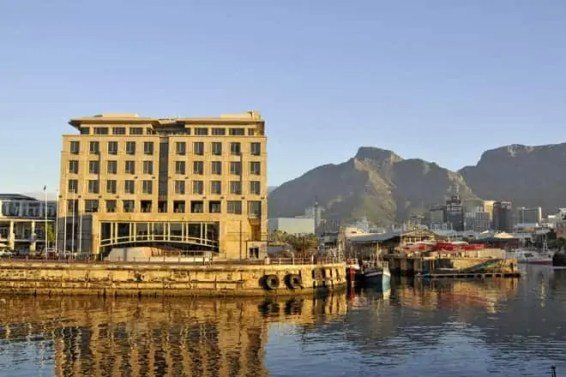As cores quentes de um entardecer nas docas da Cidade do Cabo