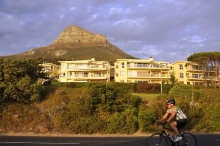 Ciclista percorre a Beach Road