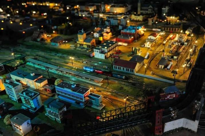 Pista de comboios numa cidade em miniatura