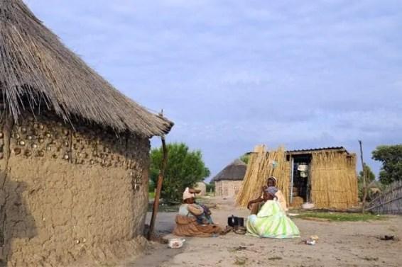Aldeia perto do delta, junto à fronteira com a Namíbia