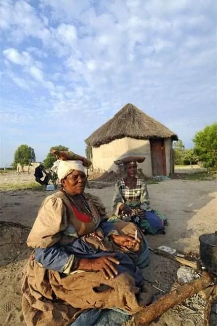 Conversando com habitantes de uma aldeia junto à fronteira entre o Botswana e a Namíbia