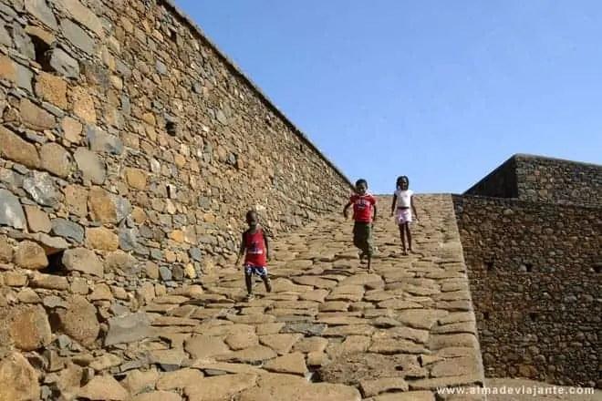 Brincadeiras de crianças no Forte de São Filipe, ilha de Santiago