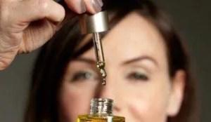 Mulher com o óleo