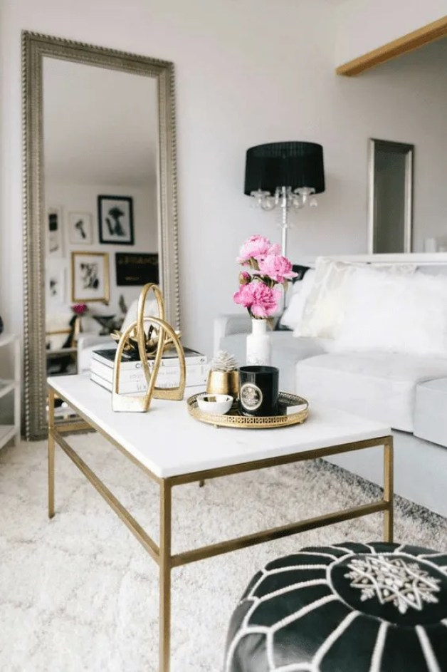 Espelhos na decoração da sala.