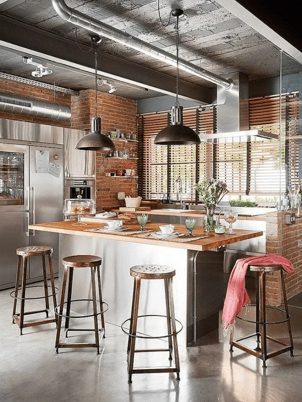 Cozinha de casa com jeito industrial.