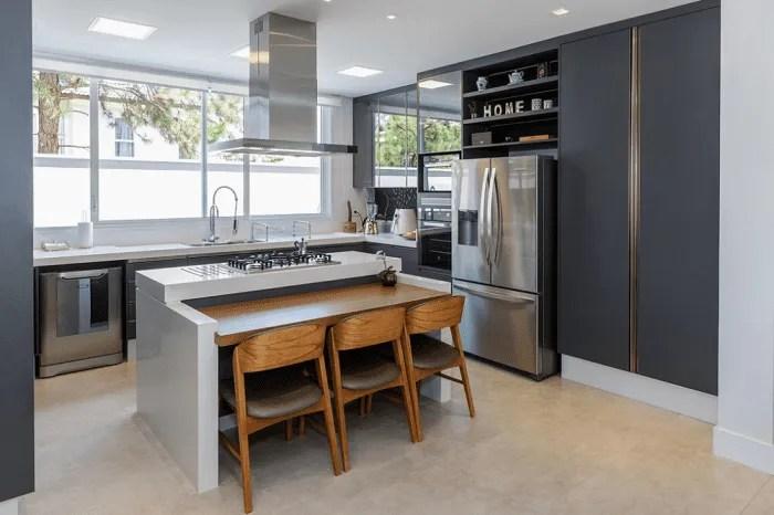 Cozinha planejada: toques de madeira para aquecer o ambiente.