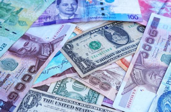 Cédulas de dinheiro em papel espalhadas