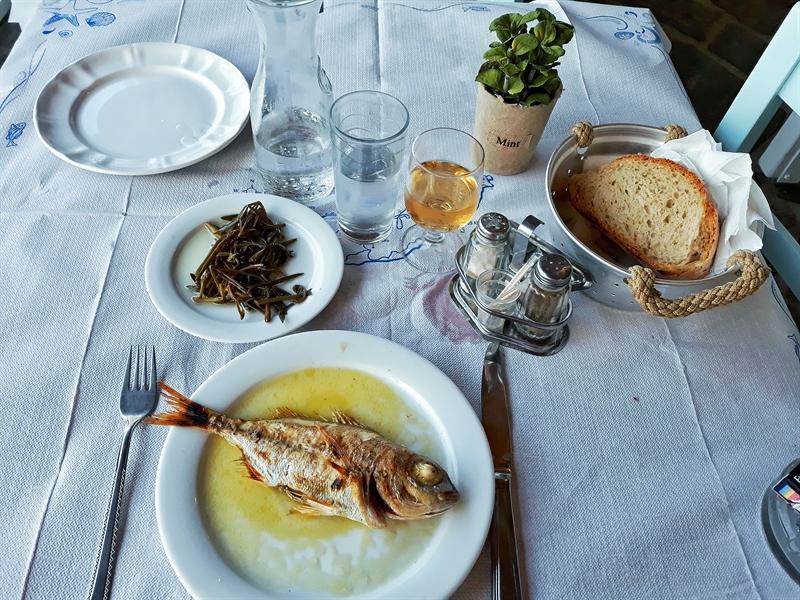meniu taverne în Ikaria pește și salată de alge