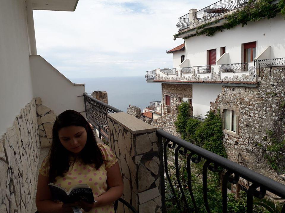 Simona Ciocârlan pe terasă în Taormina