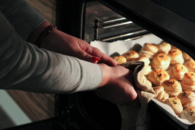 Pulling oškvarkové pagáč from the oven